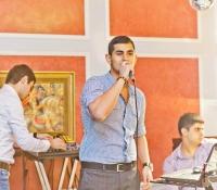 Александр поёт свои песни перед армянами